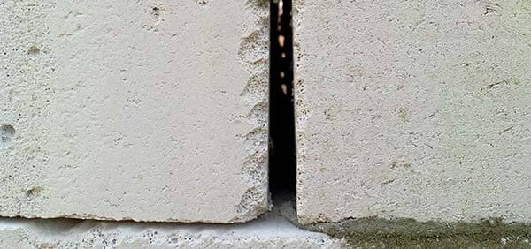 щель между стенами